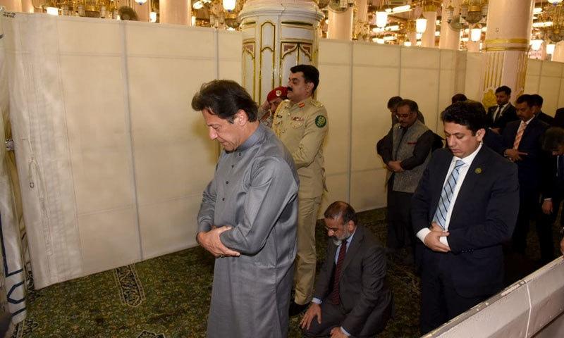 وزیر اعظم نوافل ادا کر رہے ہیں — فوٹو: وزیر اعظم ہاؤس