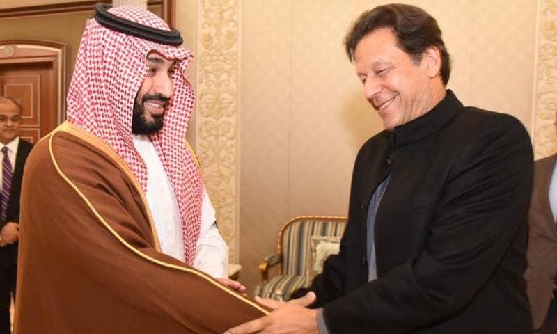 وزیر اعظم عمران خان سعودی ولی عہد سے مصافحہ کر رہے ہیں — فوٹو: پی آئی ڈی