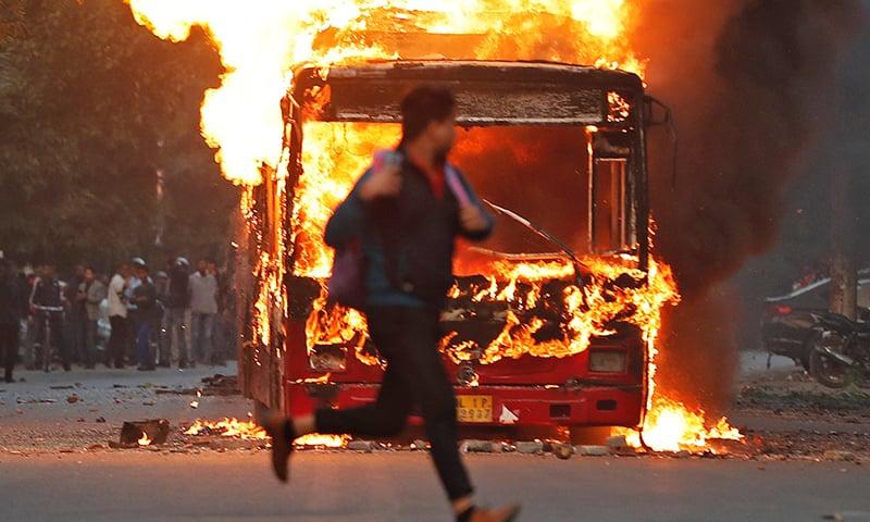 مظاہرے کے دوران بس کو بھی نذرآتش کردیا گیا—فوٹو: رائٹرز