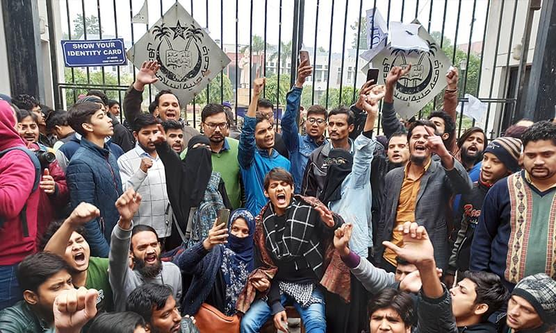 طلبہ نئے شہریت قانون کے خلاف سراپا احتجاج ہیں—فوٹو: رائٹرز