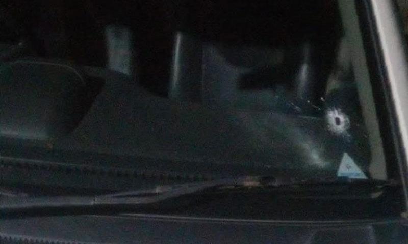 2 موٹرسائیکل سواروں نے گاڑی کو نشانہ بنایا— فوٹو: شکیل قرار
