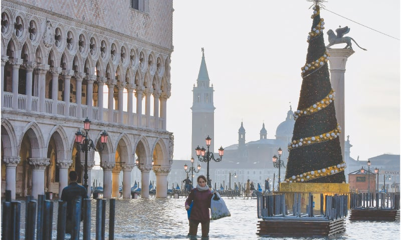 Flooding can't stop holiday spirit in Venice