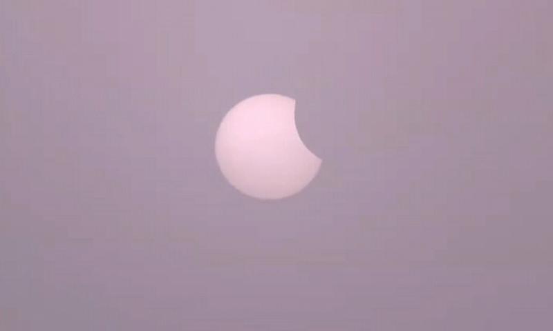 سورج گرہن کے دوران چاند زمین اور سورج کے درمیان آجاتا ہےـــــتصویر: ڈان نیوز ٹی وی