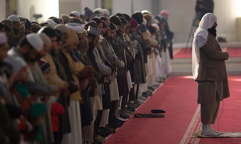 ملک کی بیشتر مساجد میں نمازِ کسوف ادا کی گئی—فوٹو: اے پی