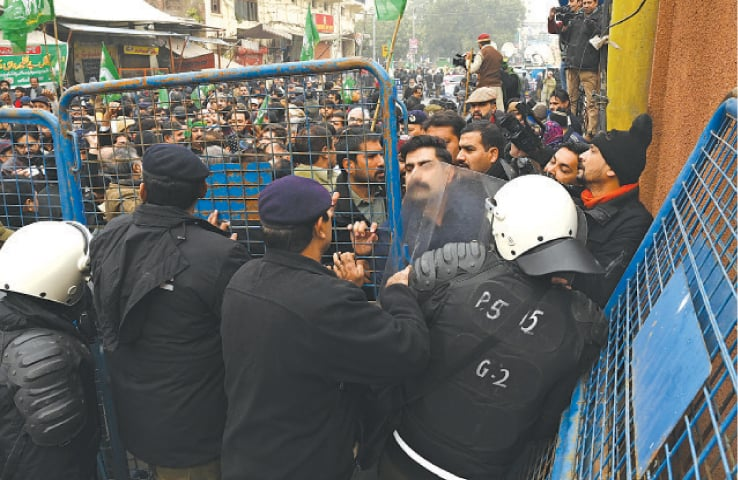 PML-N workers scuffle with police outside FIA offices on Temple Road. — White Star
