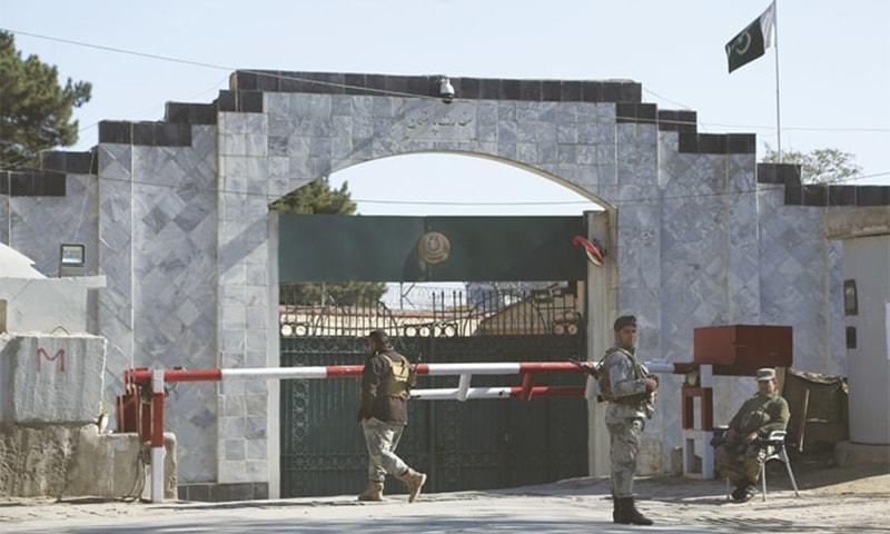 4 نومبر کو عملے کی سیکیورٹی اور تحفظ کے خدشات کے پیشِ نظر سفارت خانے نے سروسز معطل کردی تھیں— فائل فوٹو: اے پی پی