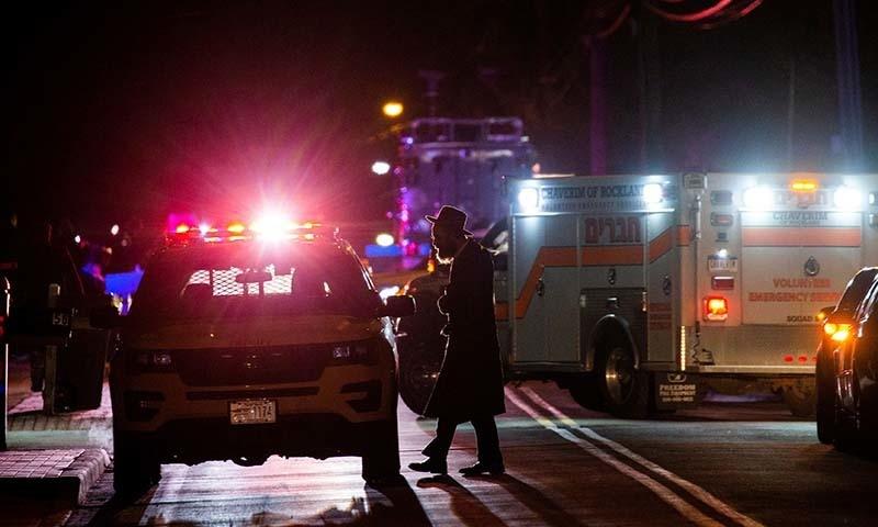 امریکا کی ریاست نیو یارک میں یہودی ربی کے گھر پر چاقو کے حملے سے 5 افراد زخمی ہوگئے۔ — فوٹو: رائٹرز