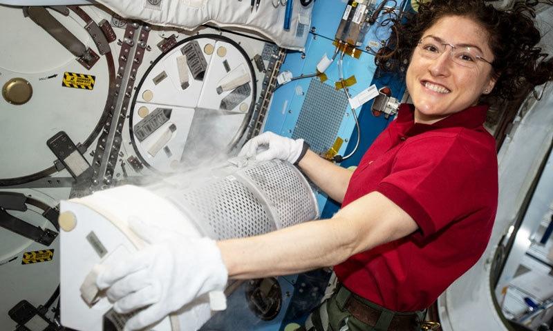 کرسٹینا کوچ نے مسلسل خلا میں زیادہ دن رہنے والی پہلی خاتون کا ریکارڈ دسمبر 2019 میں بنایا تھا—فوٹو: ناسا