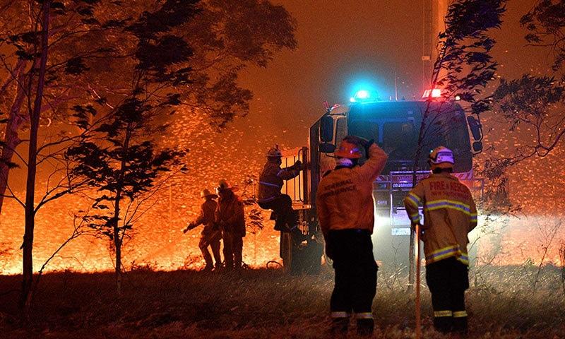 نیو ساؤتھ ویلز میں فائر فائٹرز آگ بجھانے کی کوشش کر رہے ہیں— فوٹو: اے ایف پی