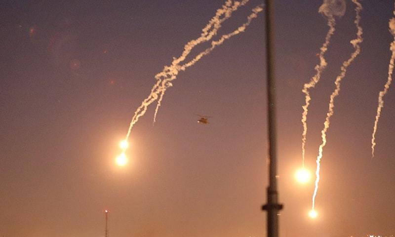 امریکی سفارتخانے پر حملے کے بعد اپاچی ہیلی کاپٹر صورتحال کا جائزہ لینے کے لیے محور پرواز رہے—تصویر:رائٹرز
