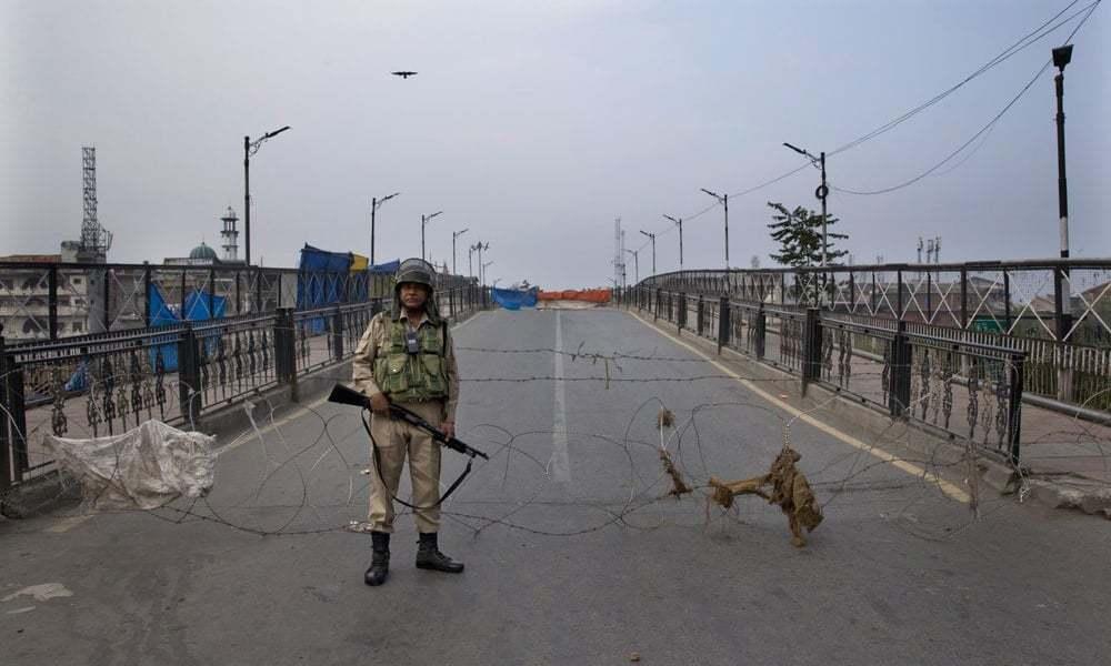 بھارتی فوج ضلع راجوری کے علاقے کھاری تھریٹ میں کارروائی کررہے تھے—فائل/فوٹو:اے پی