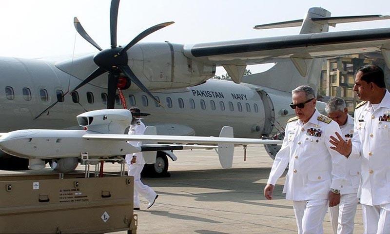 چیف آف نیول اسٹاف ایڈمرل ظفر محمود عباسی کمانڈر پاکستان فلیٹ وائس ایڈمرل آصف خالق سے طیاروں کے بارے میں گفتگو کر رہے ہیں — فوٹو: اے پی پی