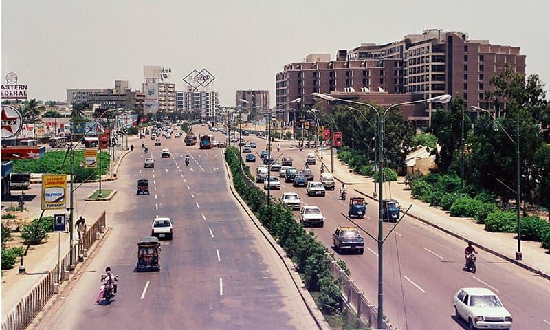 1990ء میں شارع فیصل کی لی گئی ایک تصویر—فوٹو عبیداللہ کیہر