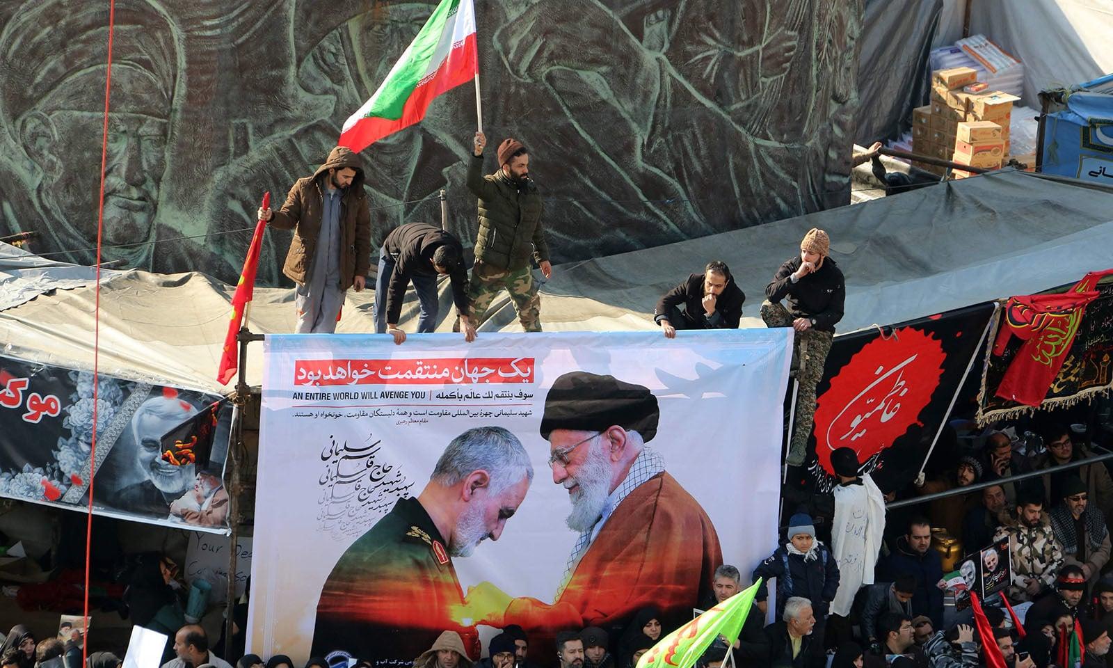 ایرانی فوجی کمانڈر قاسم سلیمانی کی نماز جنازہ میں لوگوں نے بڑی تعداد نے شرکت کی — فوٹو: اے ایف پی