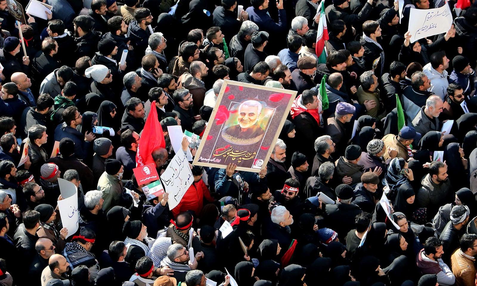 اس موقع پر ایرانی فوجی کمانڈر کو عوام کی بڑی تعداد نے خراج عقیدت پیش کیا — فوٹو: اے ایف پی