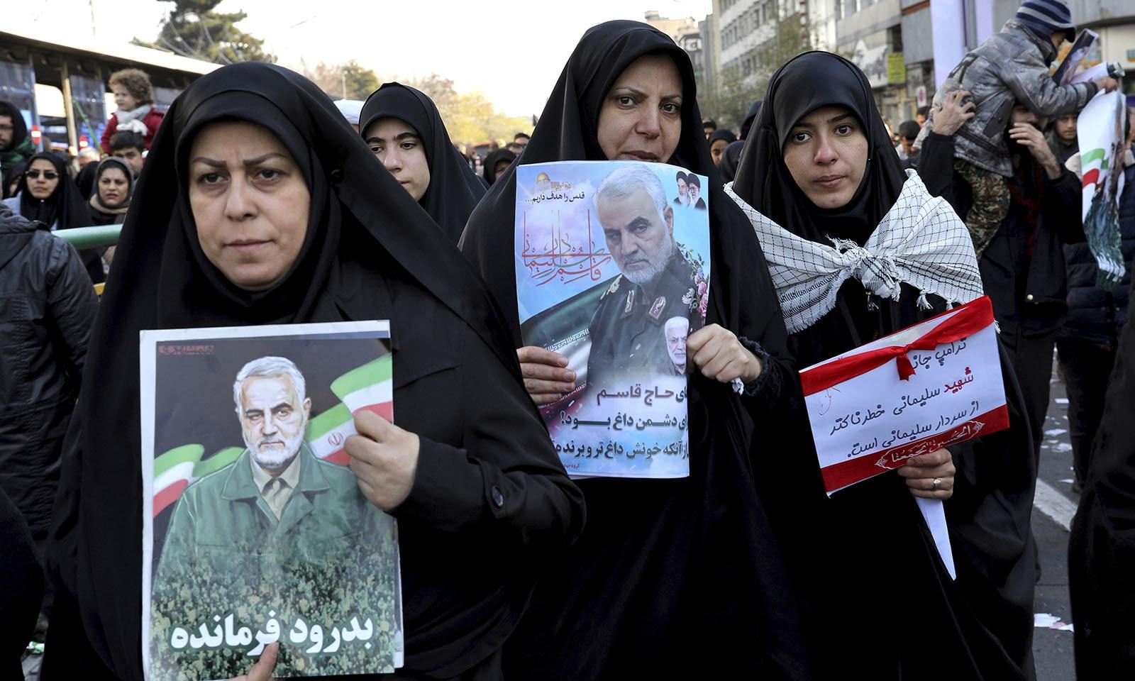 ایرانی فوجی کمانڈر قاسم سلیمانی کو خراج عقیدت پیش کرنے کے لیے خواتین کی بڑی تعداد بھی سڑکوں پر نکلی — فوٹو: اے پی