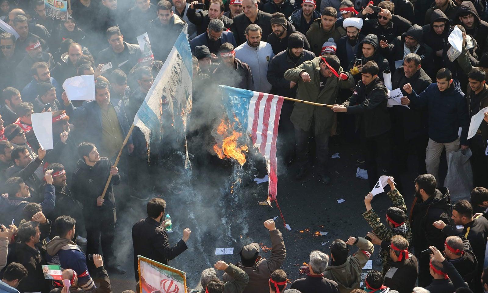 ایرانی عوام نے اسرائیل اور امریکا کے خلاف شدید غم و غصے کا اظہار کرتے ہوئے دونوں ممالک کے پرچم بھی نذر آتش کیے — فوٹو: اے ایف پی