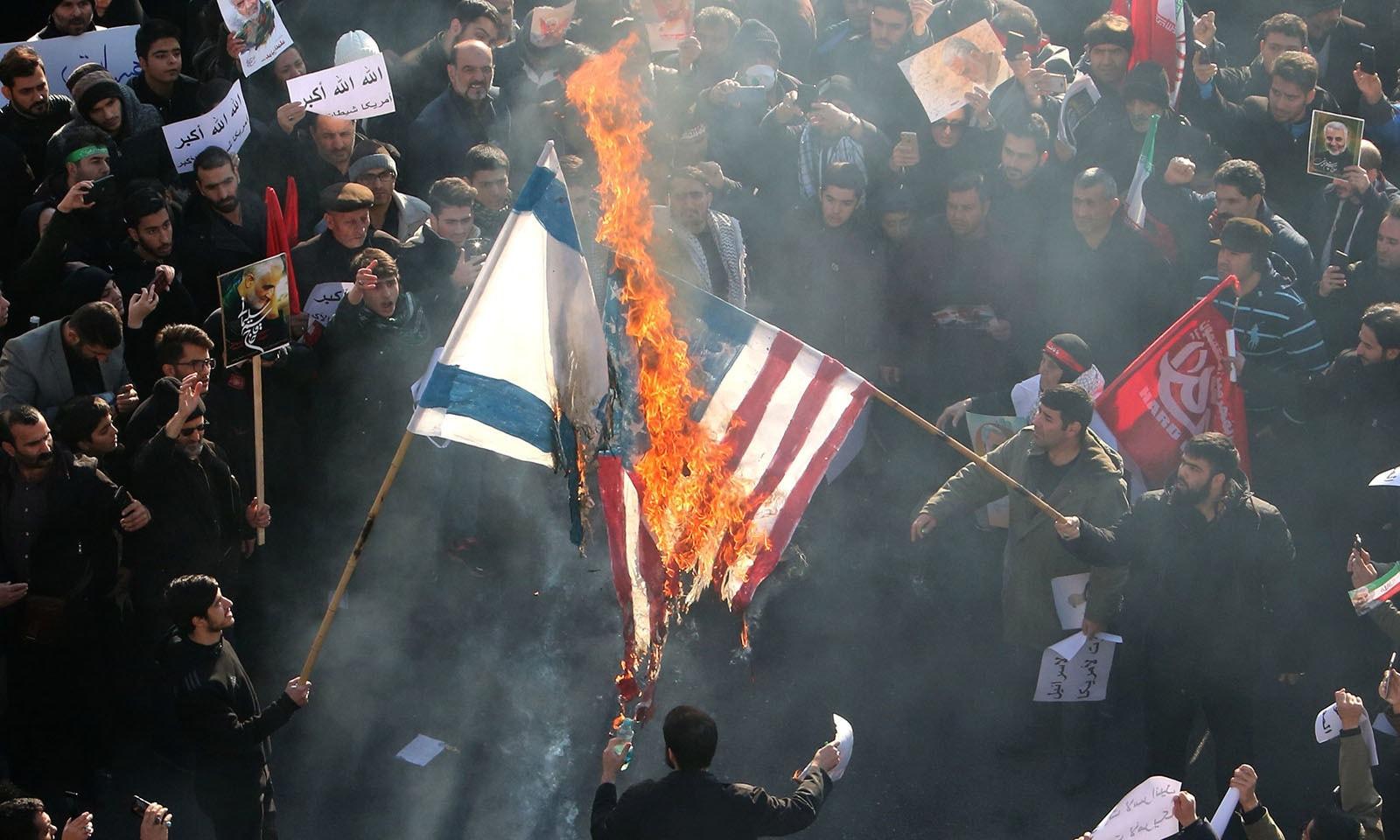 ایرانی عوام نے اسرائیل اور امریکا کے پرچم بھی نذرآتش کیے — فوٹو: اے ایف پی