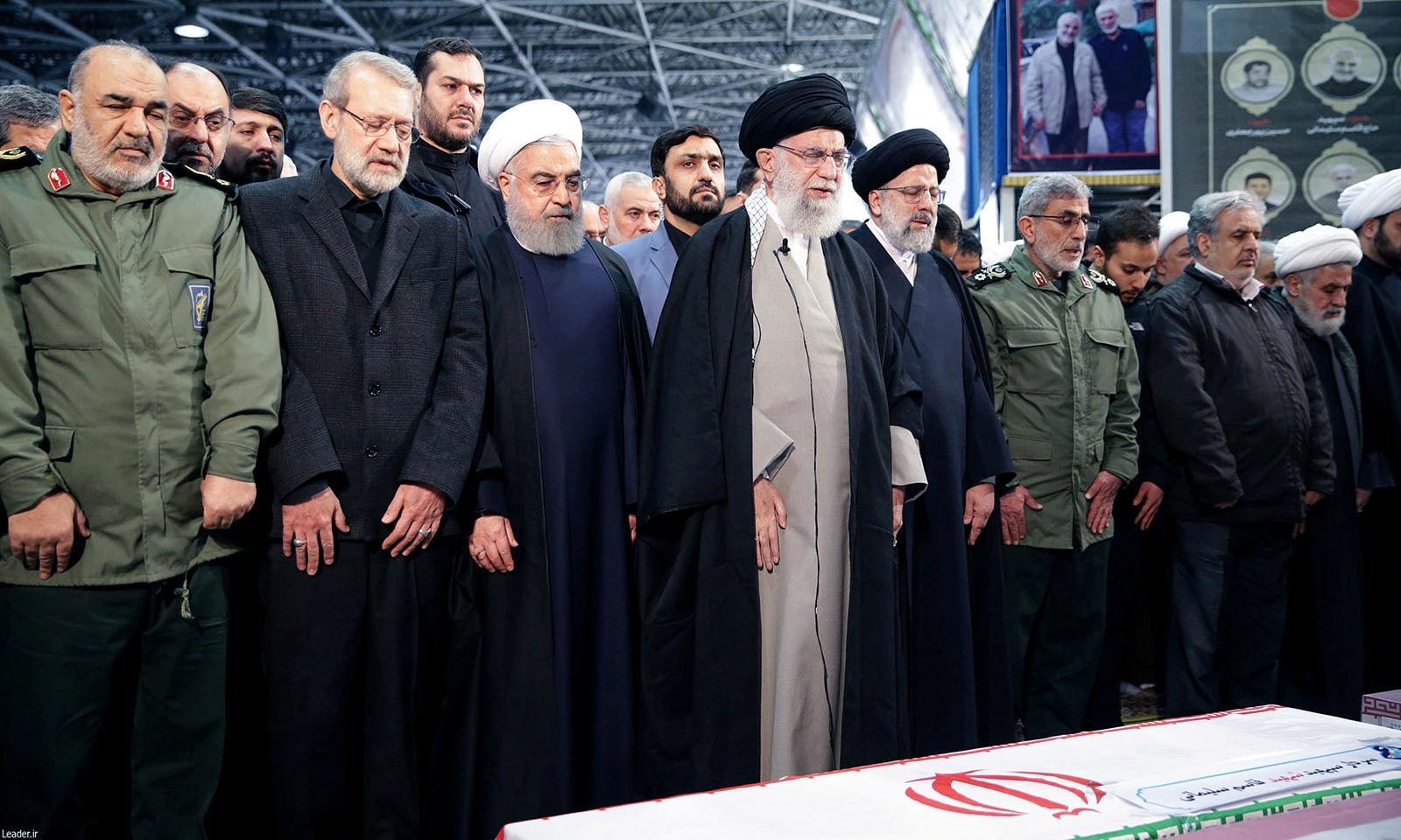 ایران کے سپریم لیڈر آیت اللہ خامنہ ای نے قاسم سلیمانی کی نماز جنازہ پڑھائی — فوٹو: رائٹرز