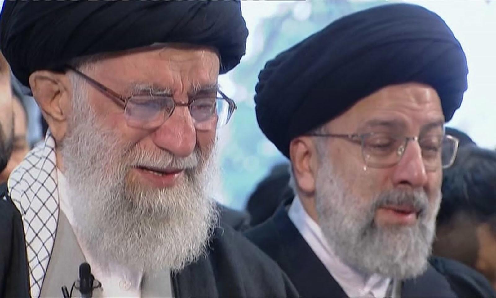 ایرانی کمانڈر کی نماز جنازہ پڑھاتے ہوئے آیت اللہ خامنہ ای آبدیدہ ہوگئے — فوٹو: اے پی