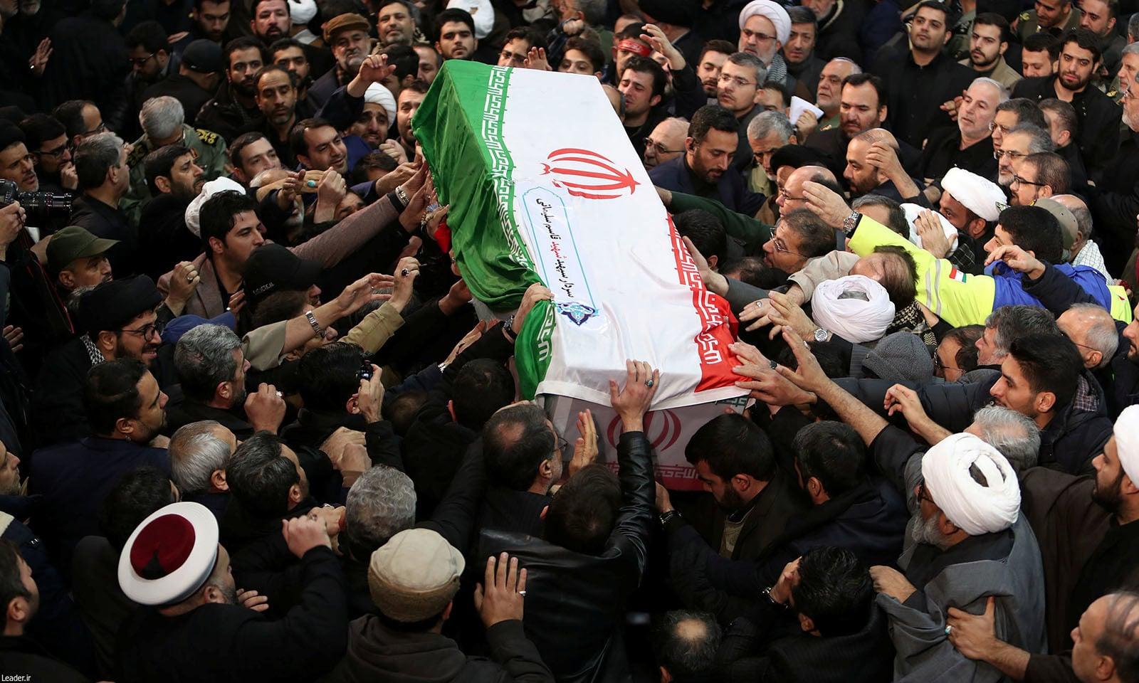 ایرانی کمانڈر کی نمازِ جنازہ کے موقع پر لاکھوں سوگواران نے انہیں خراج عقیدت پیش کیا — فوٹو: رائٹرز
