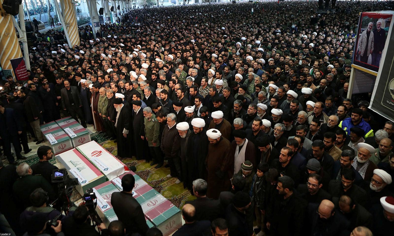 نماز جنازہ میں ایران کے سپریم لیڈر آیت اللہ خامنہ ای کے ہمراہ حسن روحانی سمیت دیگر حکام بھی شریک تھے — فوٹو: رائٹرز