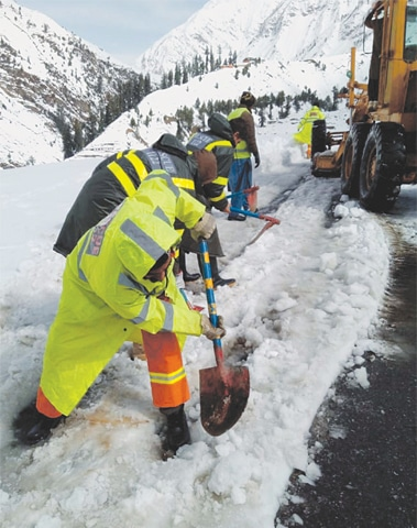 KAGHAN: Rescue workers busy removing snow from a road after heavy snowfall on Monday. Temperatures fell below the freezing point after a fresh spell of rain and snowfall in the region. With the sudden surge in cold, prices of gas cylinders and firewood registered a rapid hike in local markets. Parents have urged the education department not to reopen schools before February.—PPI