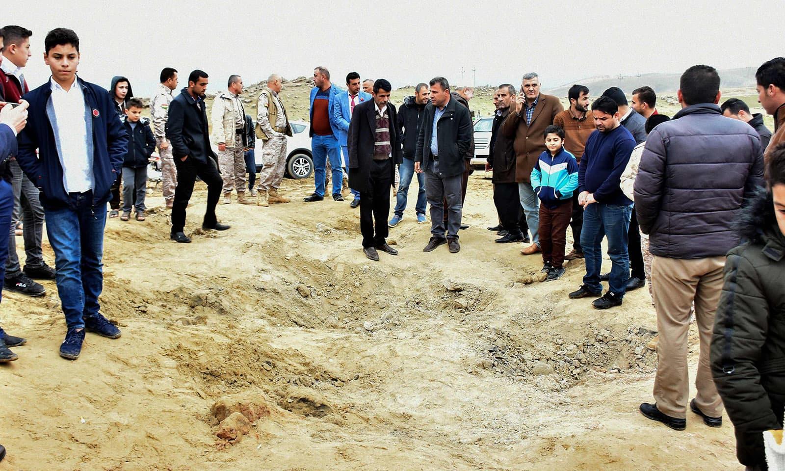 بغداد کے شہریوں نے بھی اس جگہ رخ کیا جہاں میزائل گرے—فوٹو: اے ایف پی