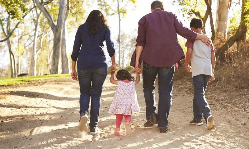 یاد رکھیں کہ صحت مند والدین ہی صحت مند بچے بنا سکتے ہیں—فوٹو: شٹر اسٹاک