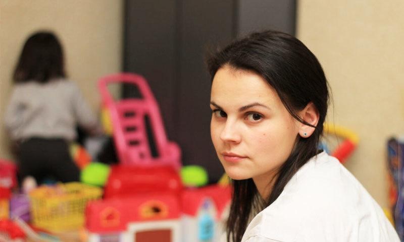 صحت مند والدین رول ماڈل کے طور پر بچوں کی حفاظت کرتے ہیں—فوٹو: کڈز ان ٹرانزیشنل اسکول