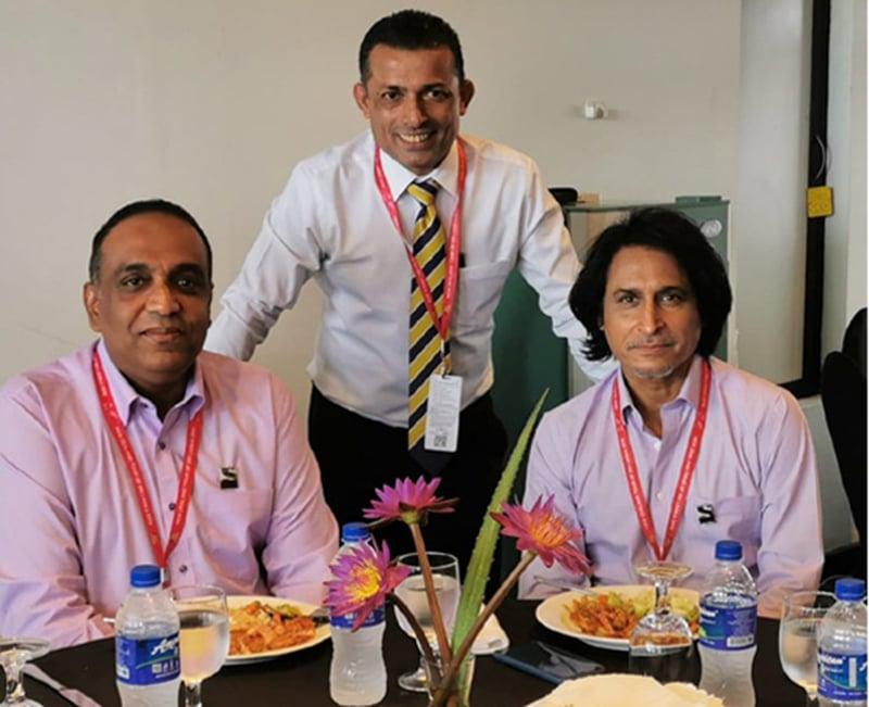 روشن ابے سنگھے اپنے دوستوں رمیز راجہ اور روشن اڈامل گوڈا کے ہمراہ لذیذ کھانے سے لطف اندوز ہورہے ہیں—تصویر بشکریہ روشن ابے سنگھے