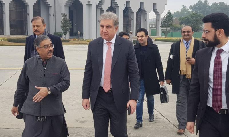 وزیر خارجہ نور خان ایئر بیس سے تہران کے لیے روانہ ہورہے ہیں — فوٹو: نوید صدیقی