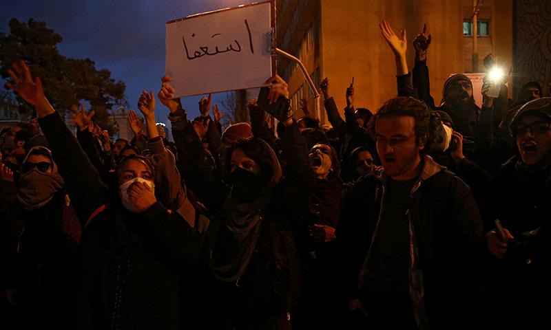 ایران میں مظاہرین حادثے کے ذمے داران کے استعفے کا مطالبہ کر رہے ہیں— فوٹو: اے ایف پی