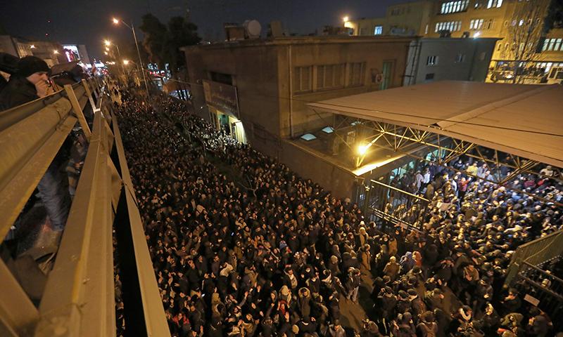ایران میں ہونے والے مظاہرے میں عوام کی بڑی تعداد نے شرکت کی— فوٹو: اے ایف پی