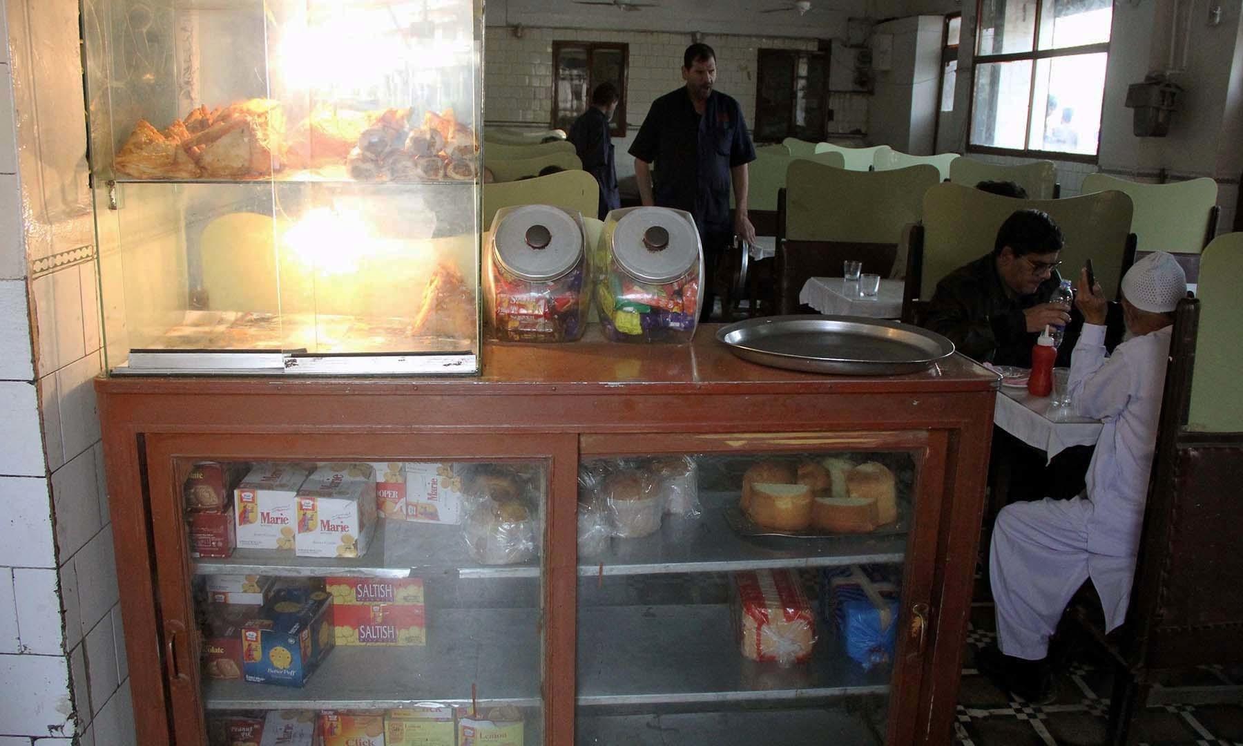 خیرآباد پر کھانے پینے کی مختلف اشیا شوکیس میں سجی ہوئی ہیں—اعجاز کورائی