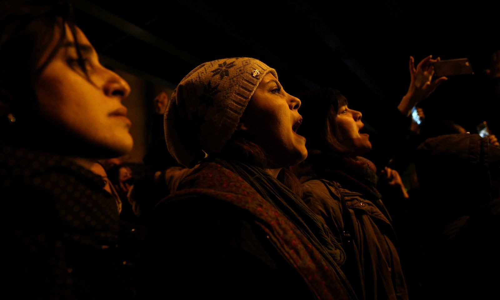 مظاہرے میں شریک خواتین حکومت کے خلاف نعرے بازی کر رہی ہیں— فوٹو: رائٹرز