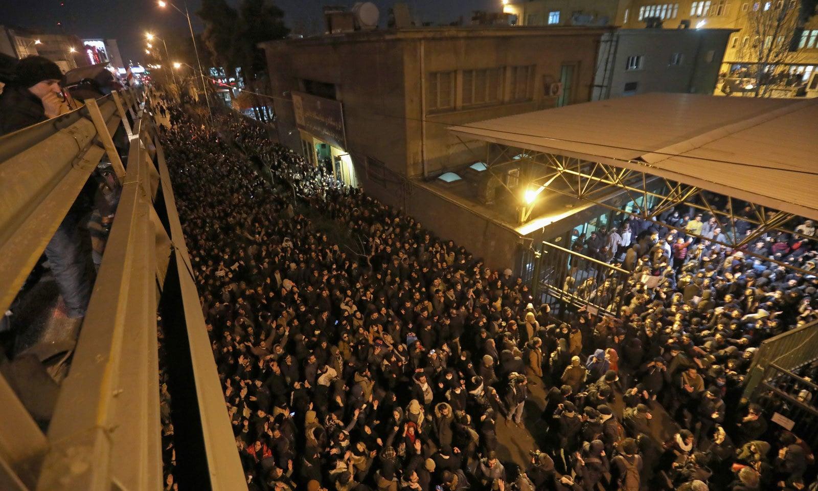 ایران کی جانب سے طیارے حادثے کی ذمے داری قبول کرنے کے بعد بڑی تعداد میں لوگوں نے تہران میں مظاہرے میں شرکت کی— فوٹو: اے ایف پی