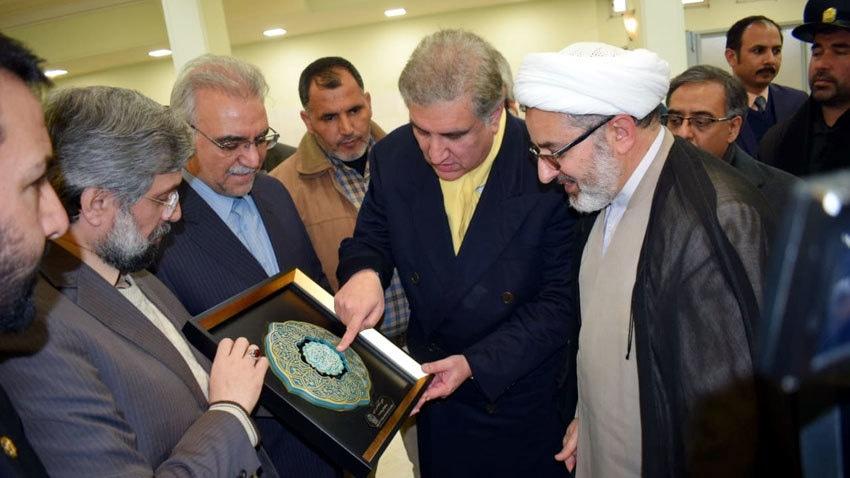وزیرخارجہ نے امام رضا کے مزار پر حاضری دی—فوٹو:ریڈیو پاکستان