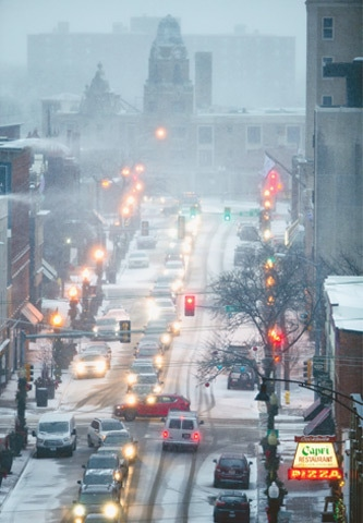 Rockford (Illinois, US): Snow falls as traffic flows slowly along a street on a gloomy evening.—AP