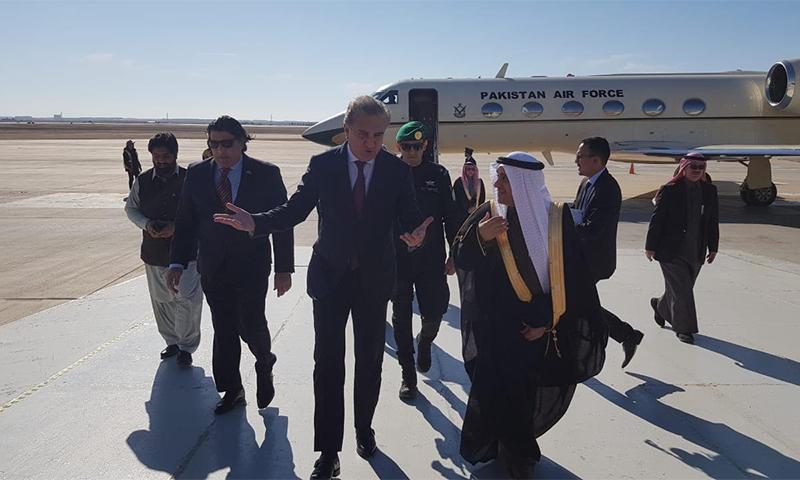 وزیر خارجہ شاہ محمود قریشی کا شاہ خالد انٹرنیشنل ایئرپورٹ پر پرتپاک استقبال کیا گیا— فوٹو: نوید صدیقی