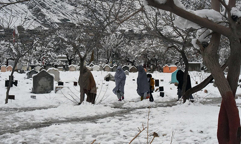 کوئٹہ میں برفباری کا 20 سالہ ریکارڈ ٹوٹ گیا—تصویر:اے پی