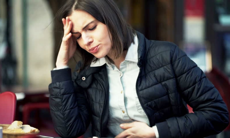 تحقیق کے مطابق 2 دہائیوں سے پیٹ کے کینسر میں نوجوان زیادہ مبتلا ہو رہے ہیں —فوٹو: شٹر اسٹاک