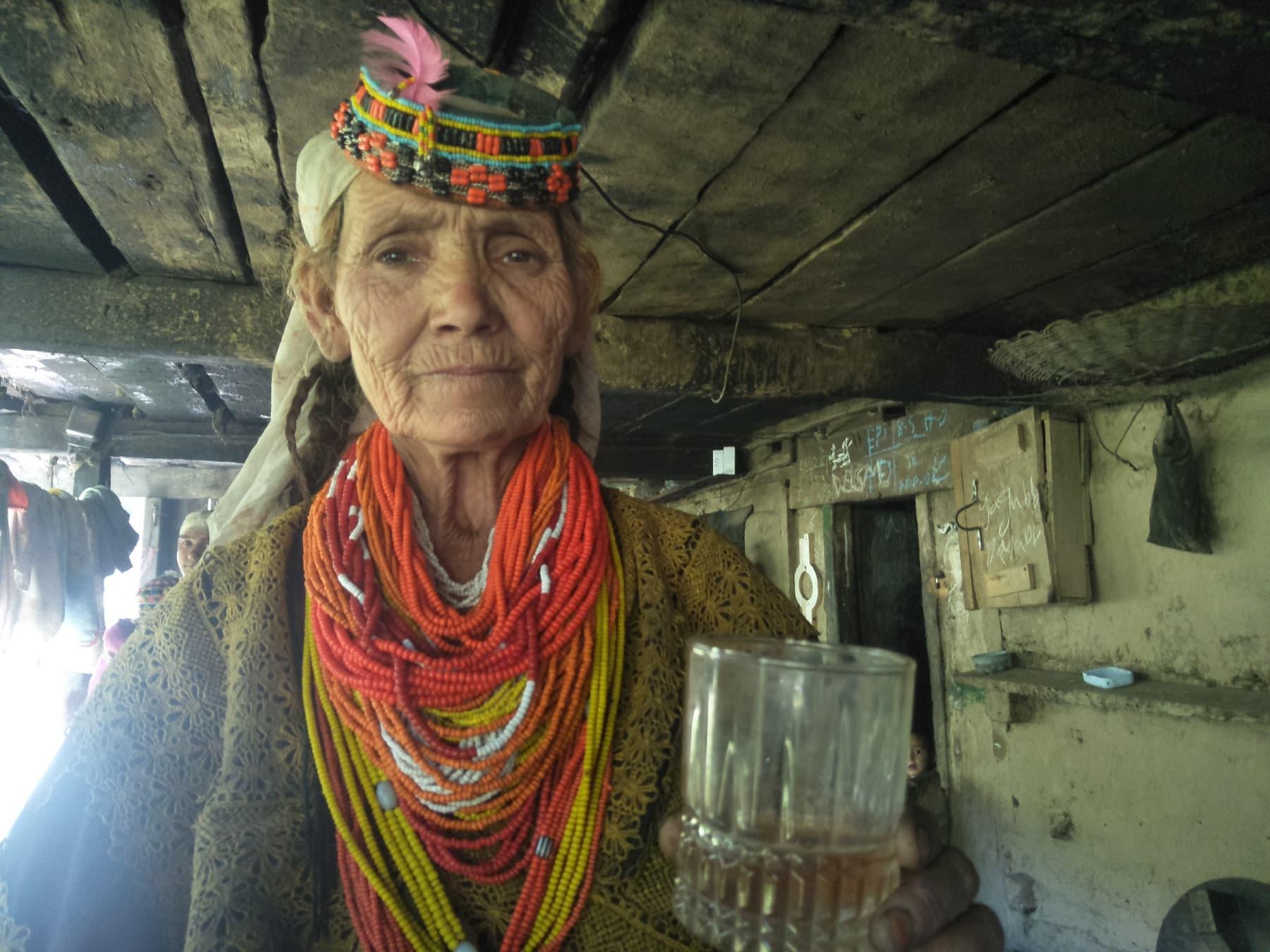 بزرگ خاتوں نے ہمارے سامنے شراب کے ایک دو گلاس بھی رکھ دیے—تصویر عظمت اکبر