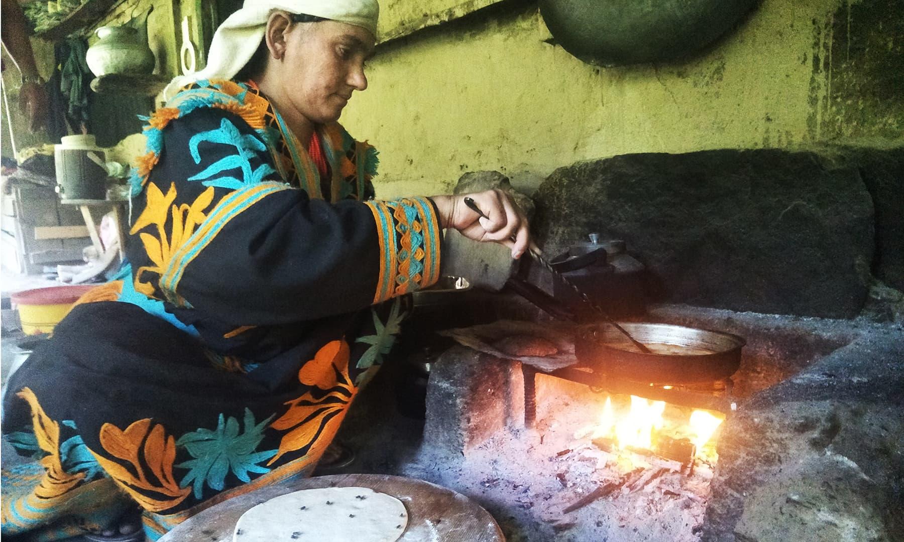 بزرگ خاتون کے گھر میں چائے پراٹھوں کے ساتھ ہماری تواضح کی گئی—تصویر عظمت اکبر