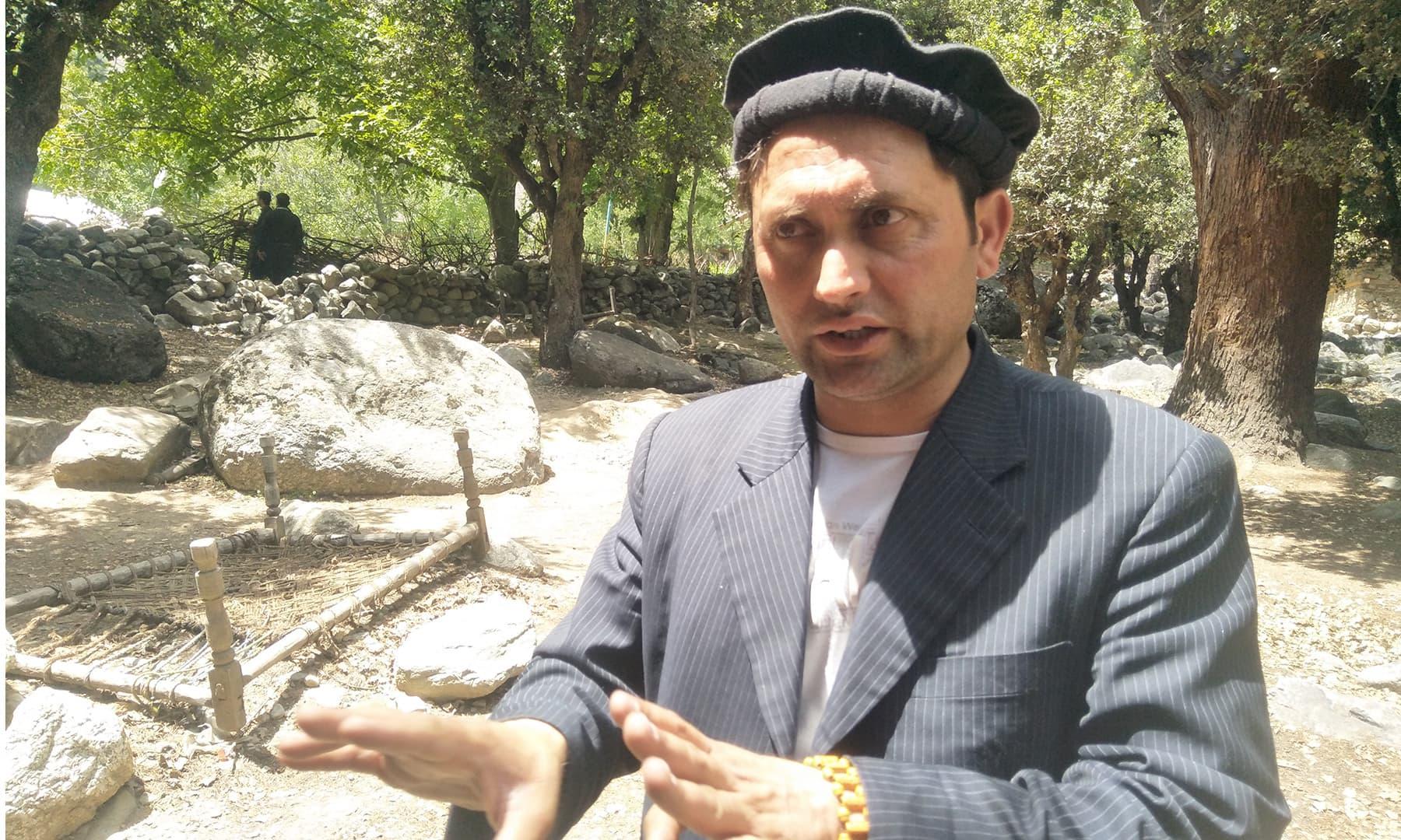یاسر کے مطابق کیلاش قبیلہ اب اپنے مردے دفن کرتا ہے—تصویر عظمت اکبر
