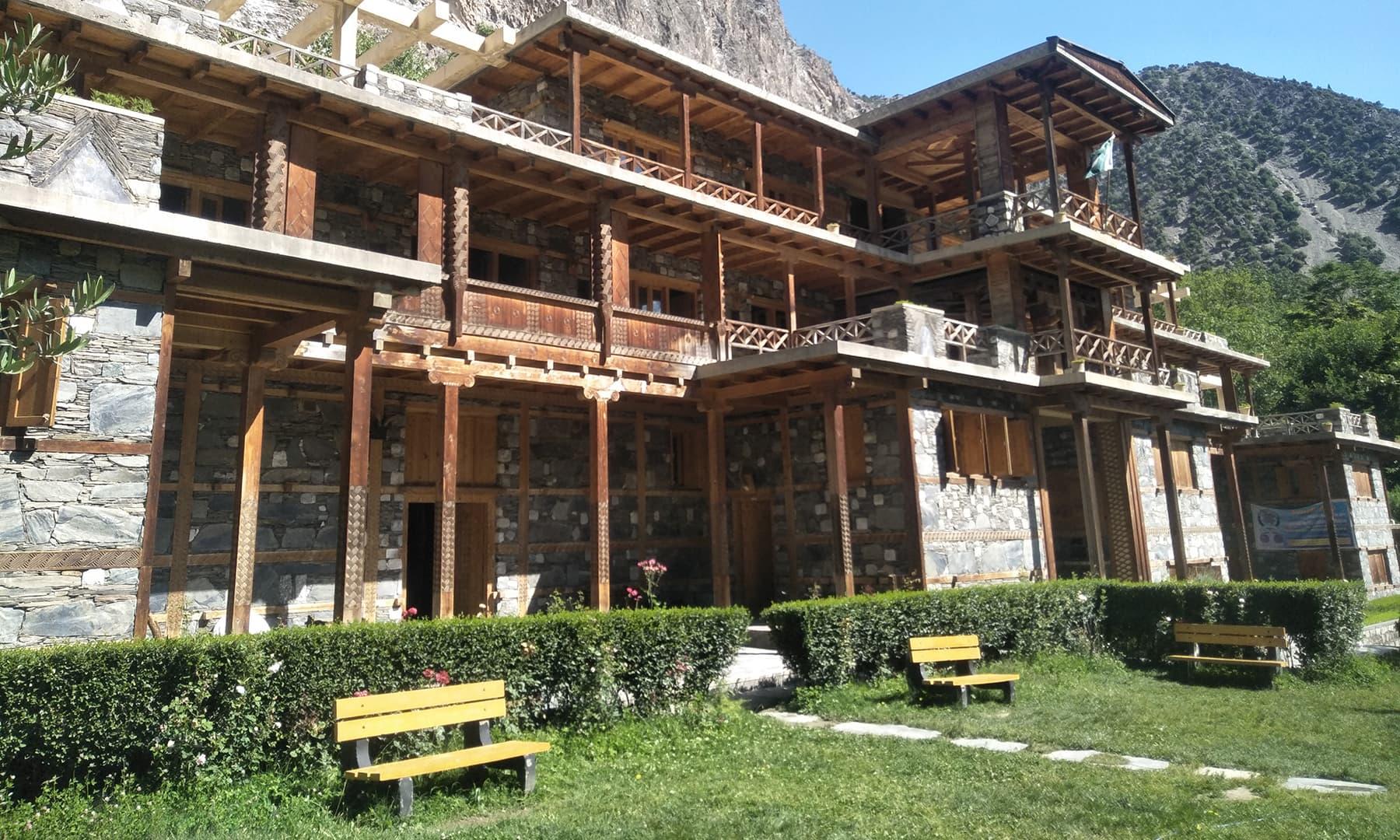 عجائب گھر اور اسکول کی عمارت—عظمت اکبر