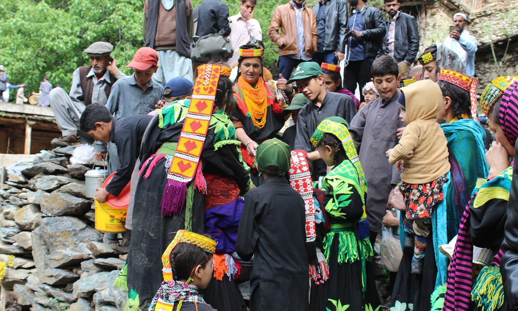 ایک اندازے کے مطابق  کیلاش قبیلے کی آبادی 4 ہزار 200 نفوس پر مشتمل ہے—عظمت اکبر
