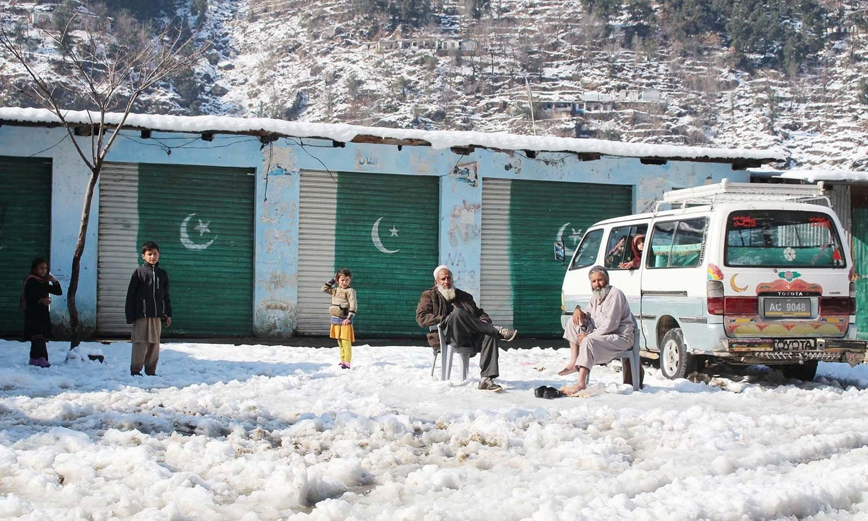شدید سردی اور برفباری کے سبب اسکول بند ہیں اور بچے برفباری میں کھیل کر چھٹیوں سے لطف اندوز ہو رہے ہیں— فوٹو: عمر باچا
