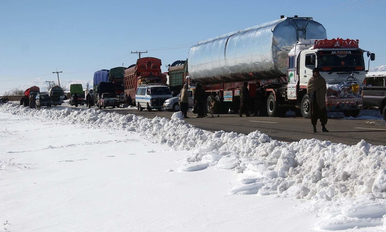 کوئٹہ کے گردونواح میں شدید برفباری کے سبب راستے بند ہو گئے اور لوگوں کو آمد و رفت میں دشواریوں کا سامنا کرنا پڑا— فوٹو: رائٹرز