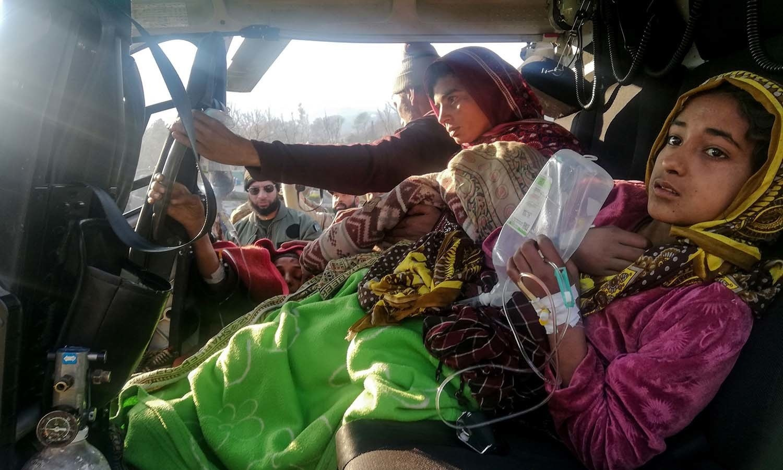 وادی نیلم میں برفانی تودہ گرنے سے زخمی ہونے والوں کو فوجی ہیلی کاپٹر میں محفوظ مقام پر منتقل کر کے طبی امداد فراہم کی گئیں— فوٹو: اے ایف پی